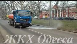 В Одессе начали поливать улицы (ФОТО)