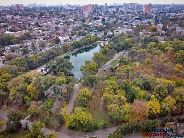 В Одессе благоустройством Дюковского парка занимаются коммунальщики (ВИДЕО)