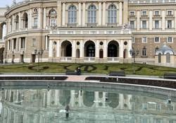 В Одессе начали весеннее благоустройство клумб и зеленых зон
