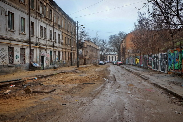 В Одессе продолжают ремонтировать Деволановский спуск и закрывают там движение (ВИДЕО)