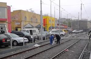 В Одессе разворовывали только что отремонтированную линию трамвая на Новощепном Ряду (ВИДЕО)