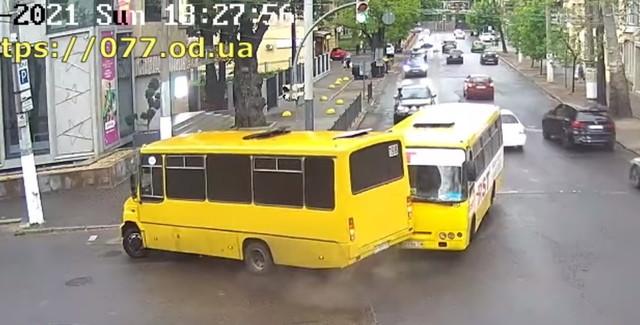 Одесские маршрутки дважды попадали в аварии (ВИДЕО)