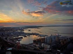 Как выглядит вечерняя Одесса с высоты: самый красивый заход солнца, город и порт (ВИДЕО)