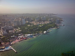 На самом популярном пляже Одессы почти не осталось места для отдыха у моря (ФОТО, ВИДЕО)