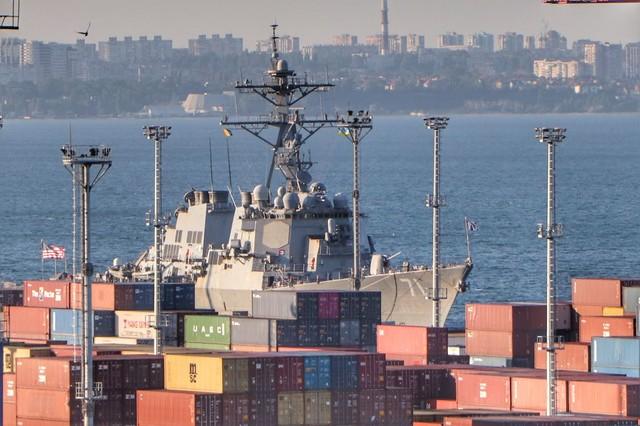 Американский эсминец стоит в Одессе, хотя в России утверждают о его походе к берегам Крыма