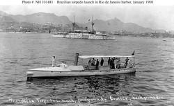 """Минный катер и один из броненосцев типа """"Деодору"""" в бухте Гуанабара во время визита """"белого флота"""" США, январь 1908 г."""