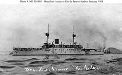 """Один из броненосцев типа """"Деодору"""" в бухте Гуанабара во время визита """"белого флота"""" США, январь 1908 г."""
