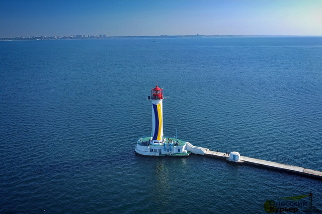 В Одессе подняли флаг Украины на маяке (ФОТО, ВИДЕО)