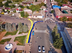 На севере Одесской области по городку Любашевка пронесли 30-метровый флаг Украины (ВИДЕО)